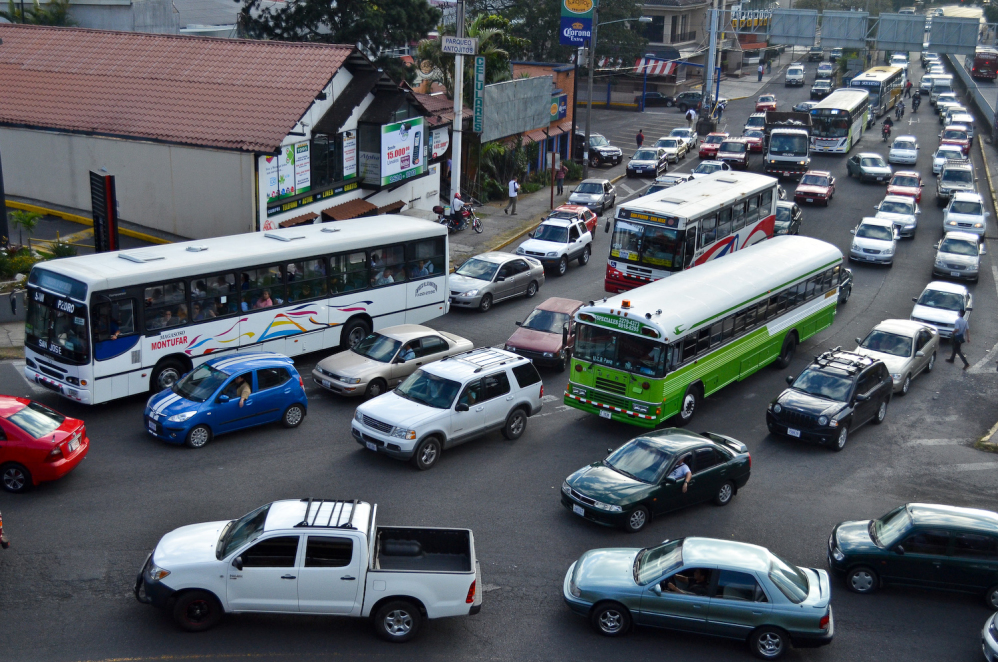Rush hour traffic passes by the San Pedro Mall in San José. Transportation emissions are the single biggest roadblock to Costa Rica achieving carbon neutrality.