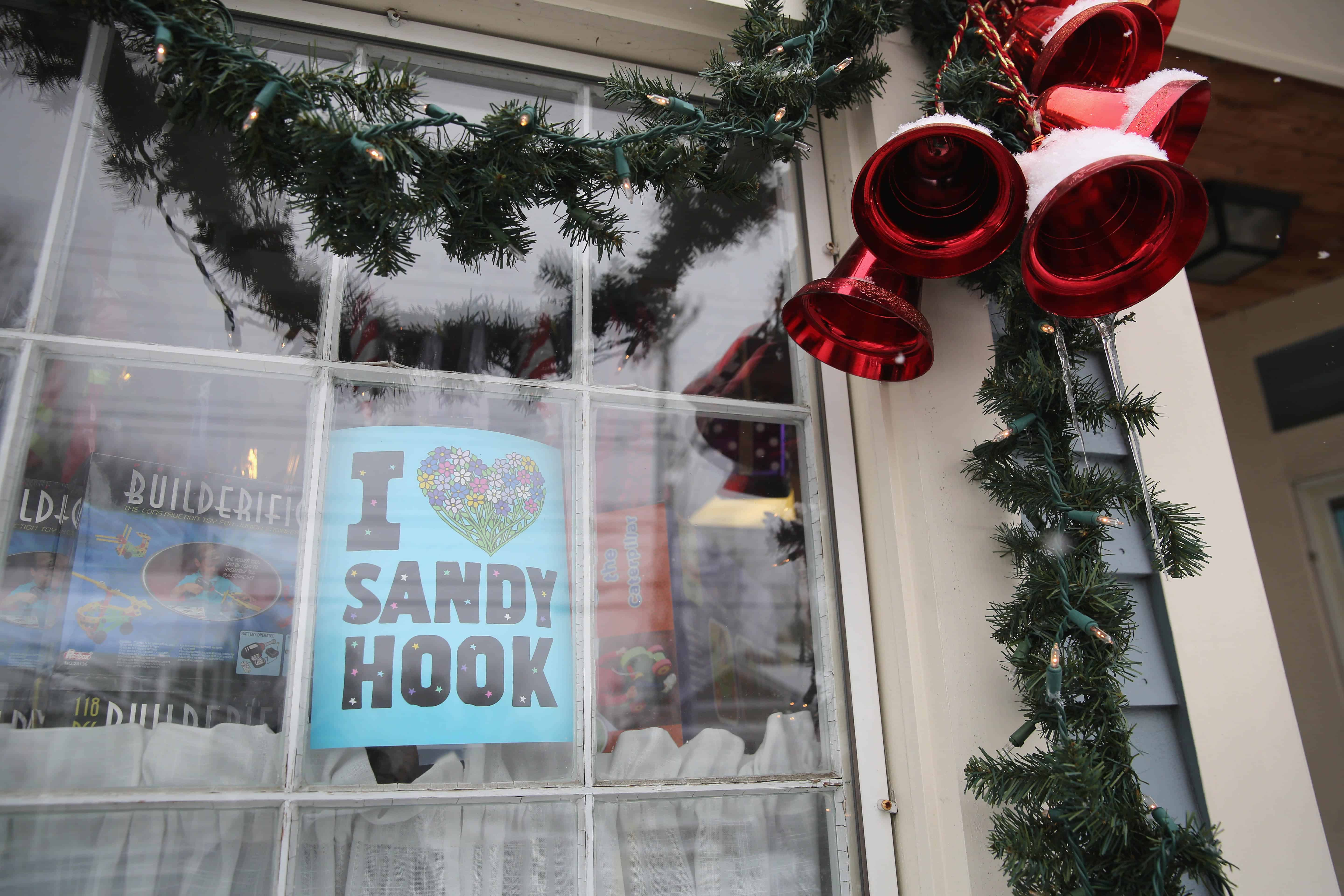Newtown ct taking down christmas decorations - Us Families Of Sandy Hook Massacre Victims Sue Gunmaker The Tico Times