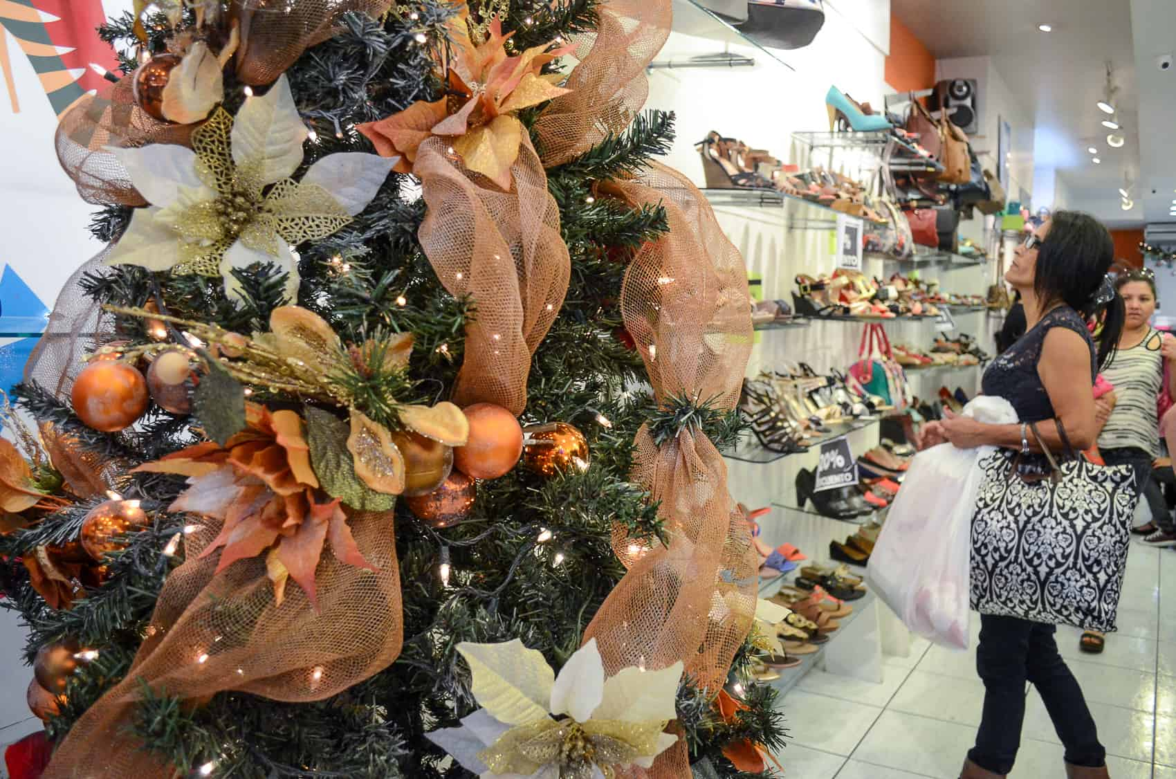 shopping for shoes on san joss avenida central on thursday dec 18 2014 alberto fontthe tico times - Whats Open On Christmas