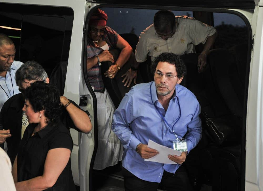 Commander of the FARC-EP leftist guerrillas Pastor Alape (R) arrives at Convention Palace in Havana for peace talks with the Colombian government. Feb. 25, 2015.
