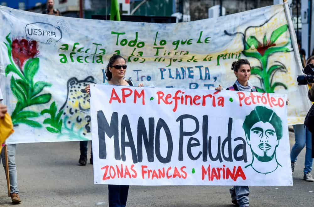 Jairo Mora protest with Environment Minister Edgar Gutiérrez
