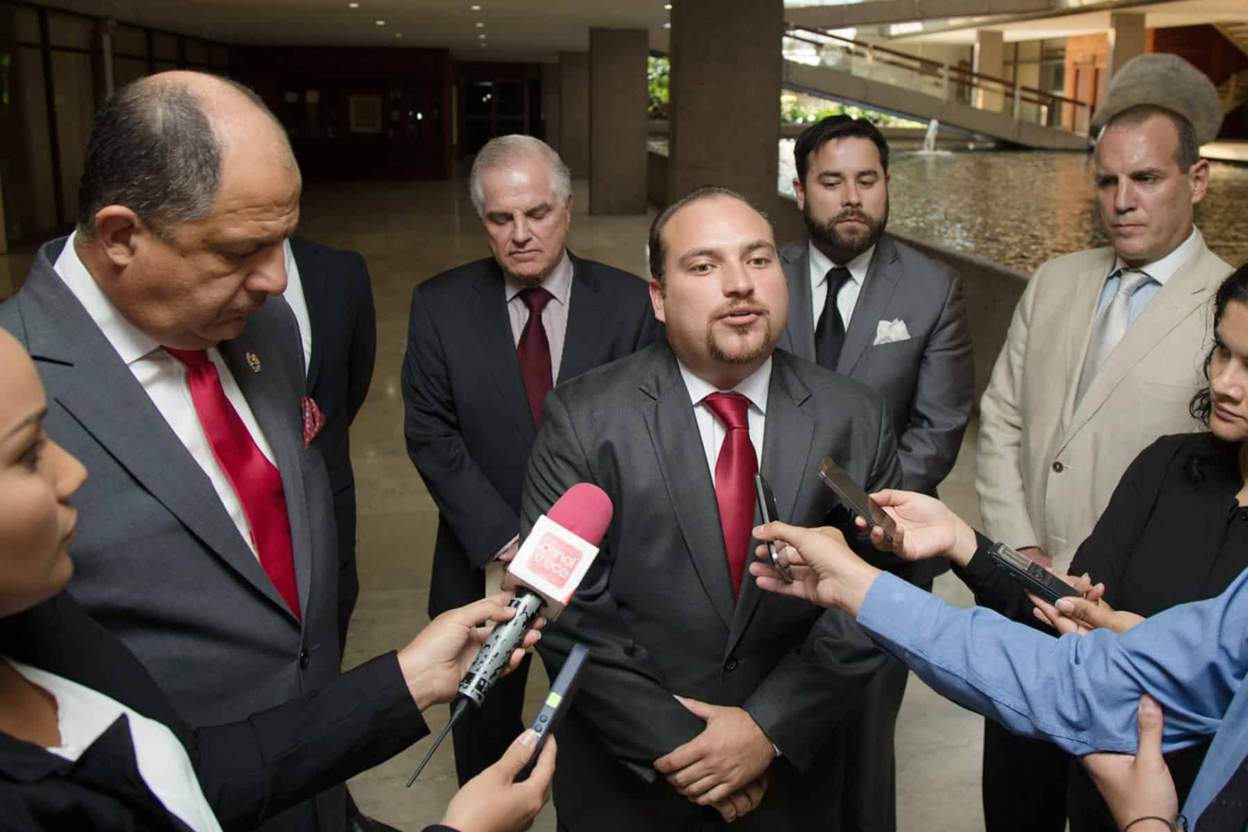 Costa Rica's President Luis Guillermo Solís (left) and CANATUR President Pablo Heriberto Araya after a meeting to discuss the needs of the tourism industry, March 25, 2015.