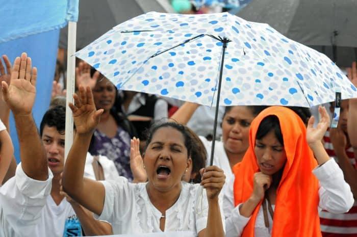 Evangelical faithful pray for peace in Tegucigalpa.