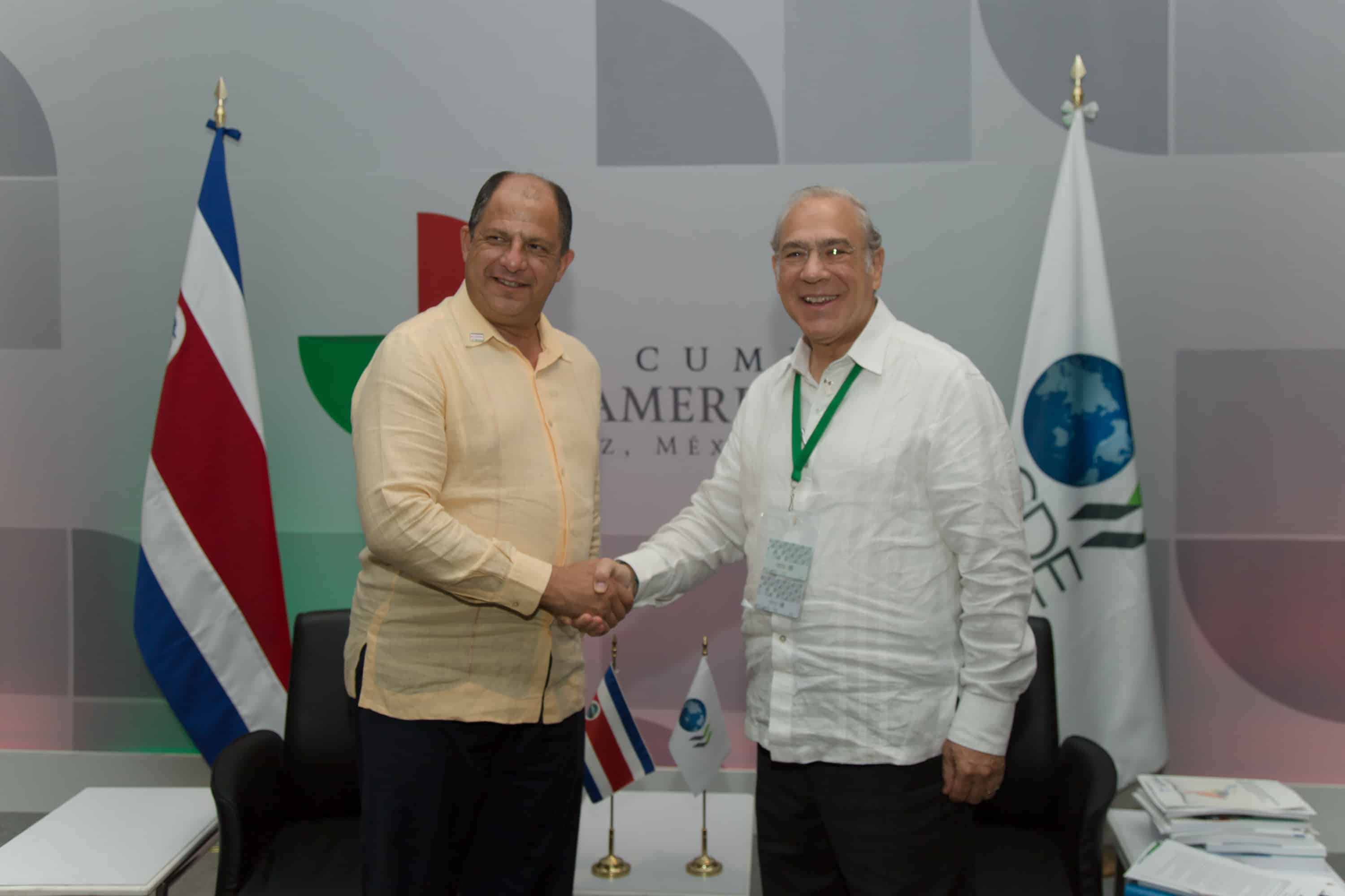 President Luis Guillermo Solís shakes hands with OECD Secretary-General Angel Gurría during the Ibero-American Summit in Mexico in December 2014.