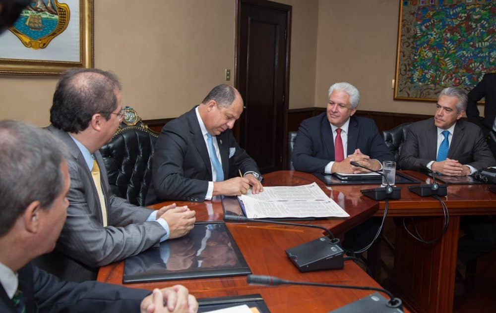President Luis Guillermo Solís signs the Inter American Press Association's Declaration of Chapultepec, a commitment to honor press freedoms, on May 6, 2015 at Casa Presidencial.