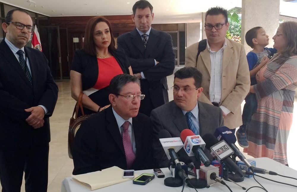 Attorney Huberth May Cantillano (bottom left) and Presidency Minister Sergio Alfaro Salas (bottom right) share results of a meeting between advocates of in vitro fertilization and President Luis Guillermo Solís, May 6, 2015.