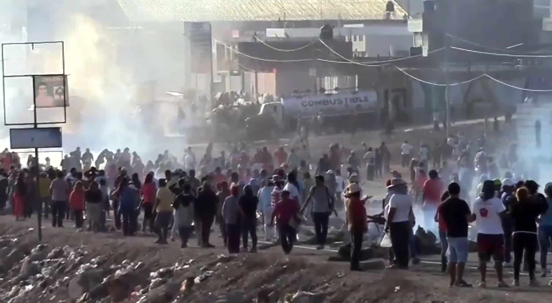 Violent clashes between police and demonstrators in the Peruvian city of Mollendo, about 1,000 km south of Lima, on May 6, 2015. Three people have been killed in clashes between police and demonstrators during seven weeks of protests against the $1.4 billion Tía María mine.