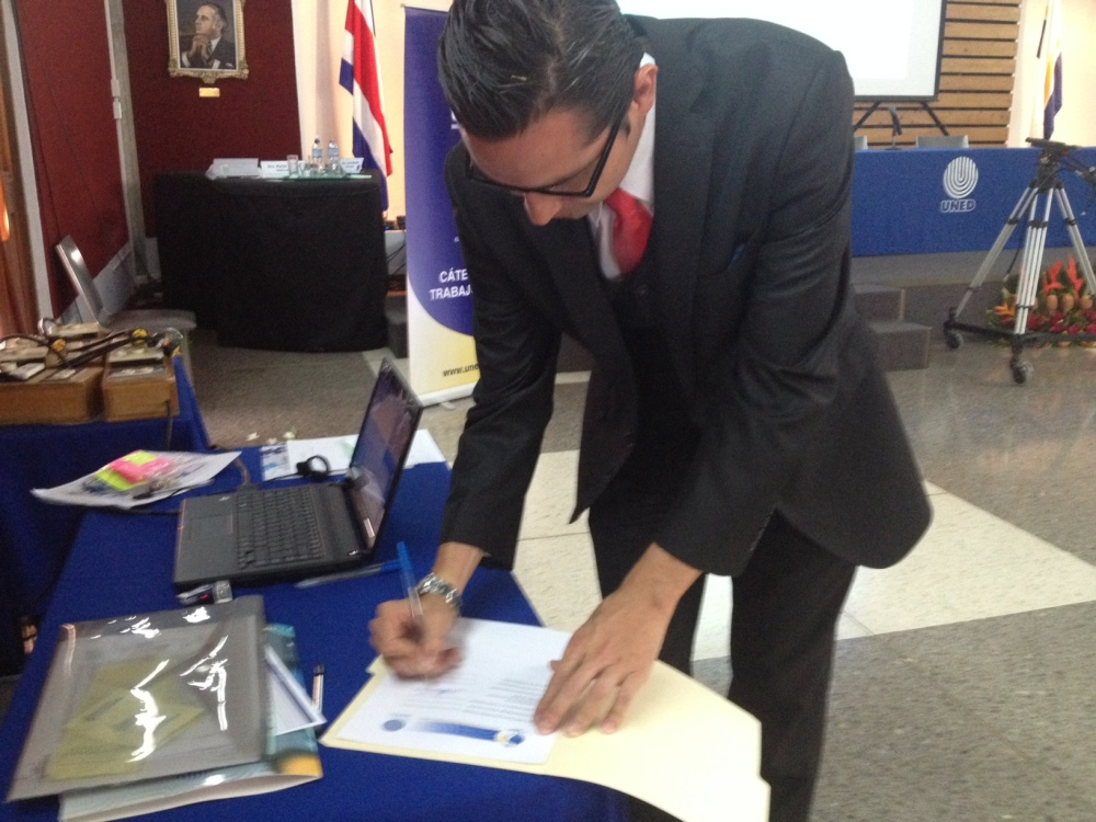 Dr. Alan Rímola of the Minsitry of Public Health signs an agreement that will allow the Ministry to more closely monitor autism cases in Costa Rica, April 21, 2015.