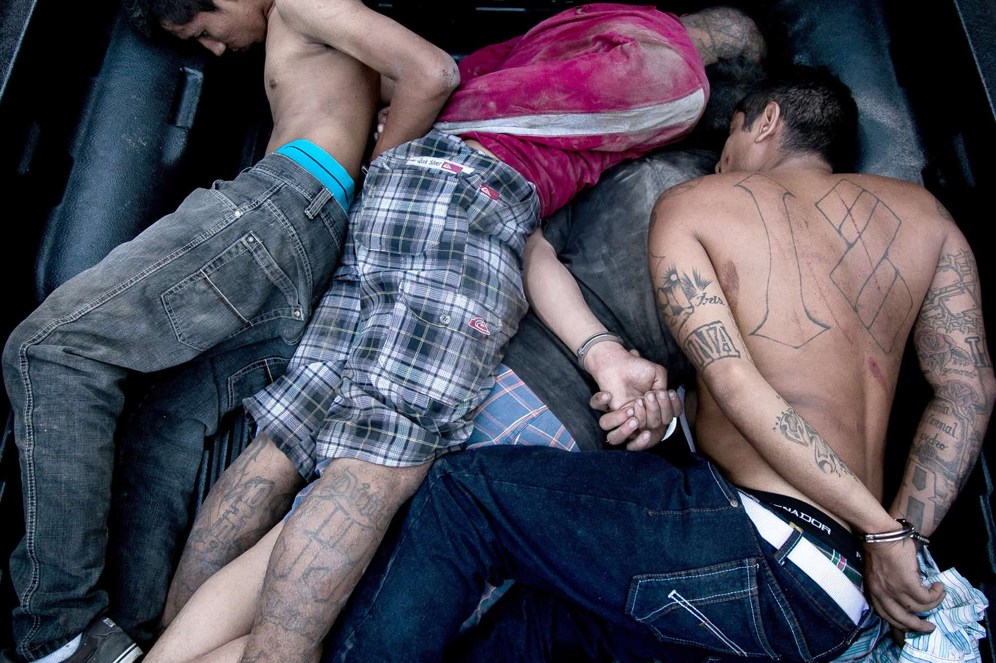 Four El Salvador gang members are captured by anti-gang policemen.