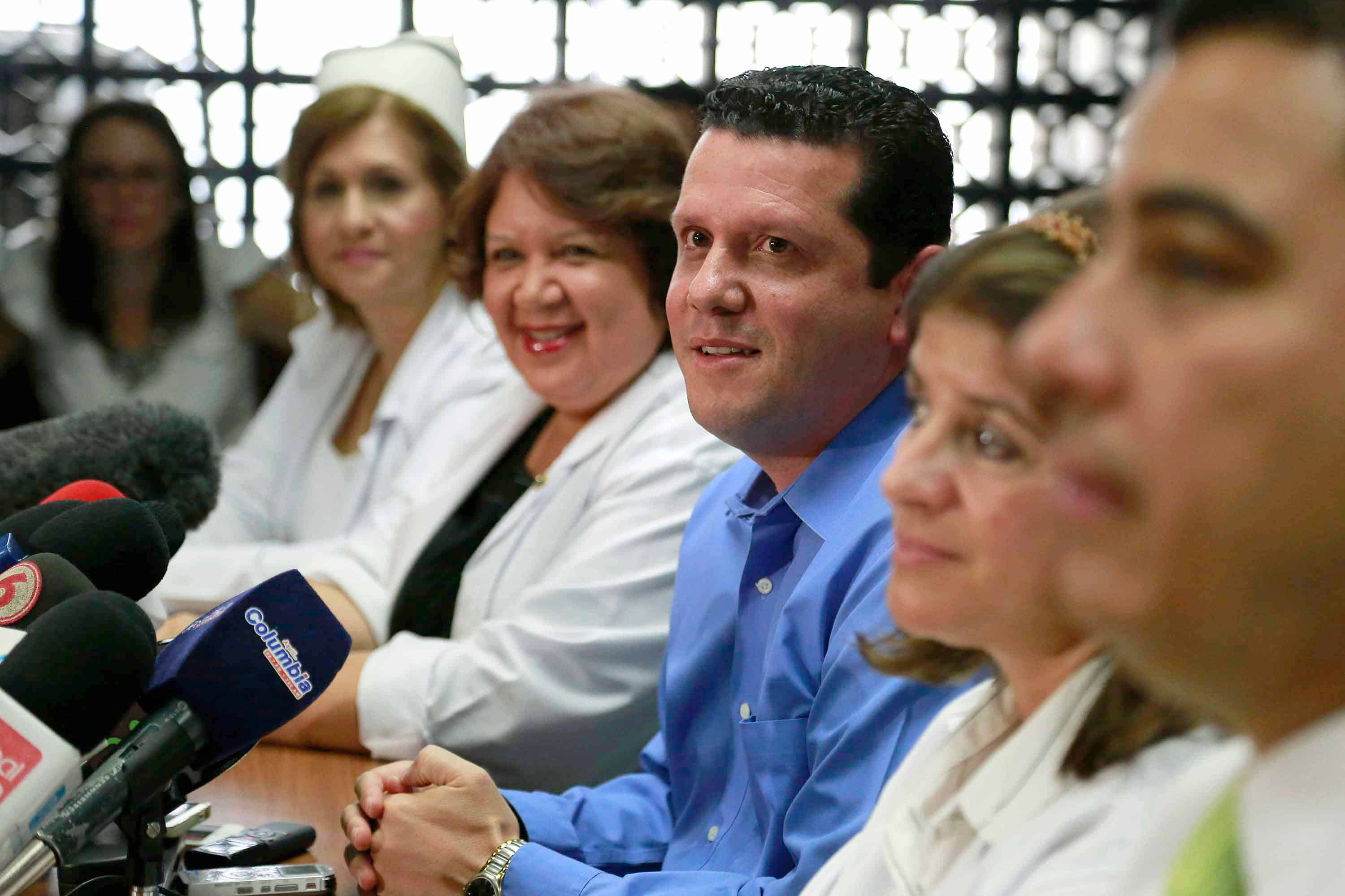 Juan Francisco Gonzalez (center) father of sextuplets born yesterday, during a press conference on May 18, 2015 at Mexico Hospital in San José.