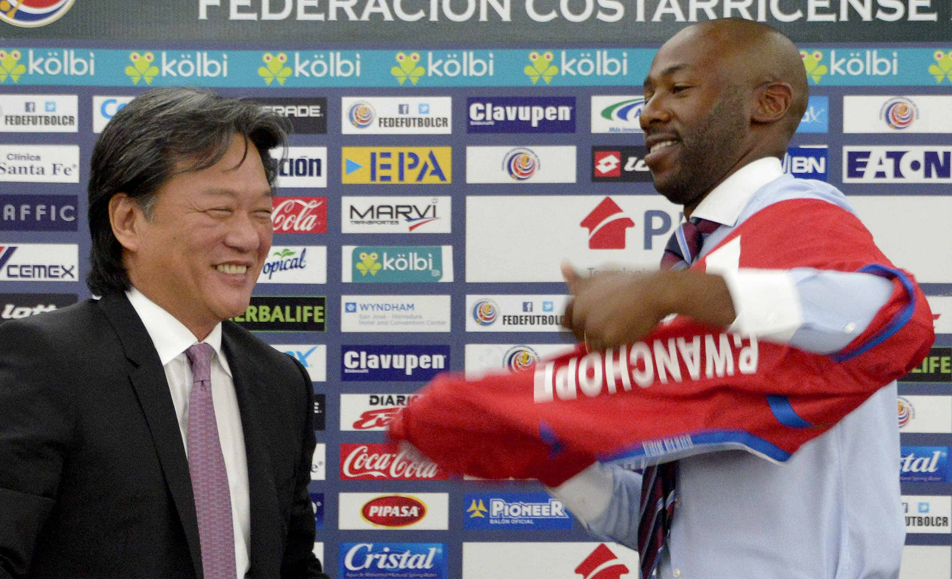 Paulo Cesar Wanchope and Eduardo Li at a press conference.