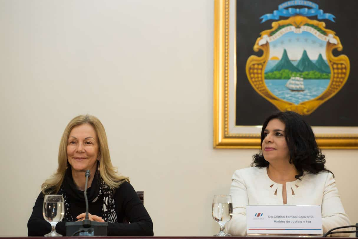 Outgoing Justice Minister Cristina Ramírez (right) and her replacement, María Cecilia Sánchez (left) at Casa Presidencial on July 7, 2015.