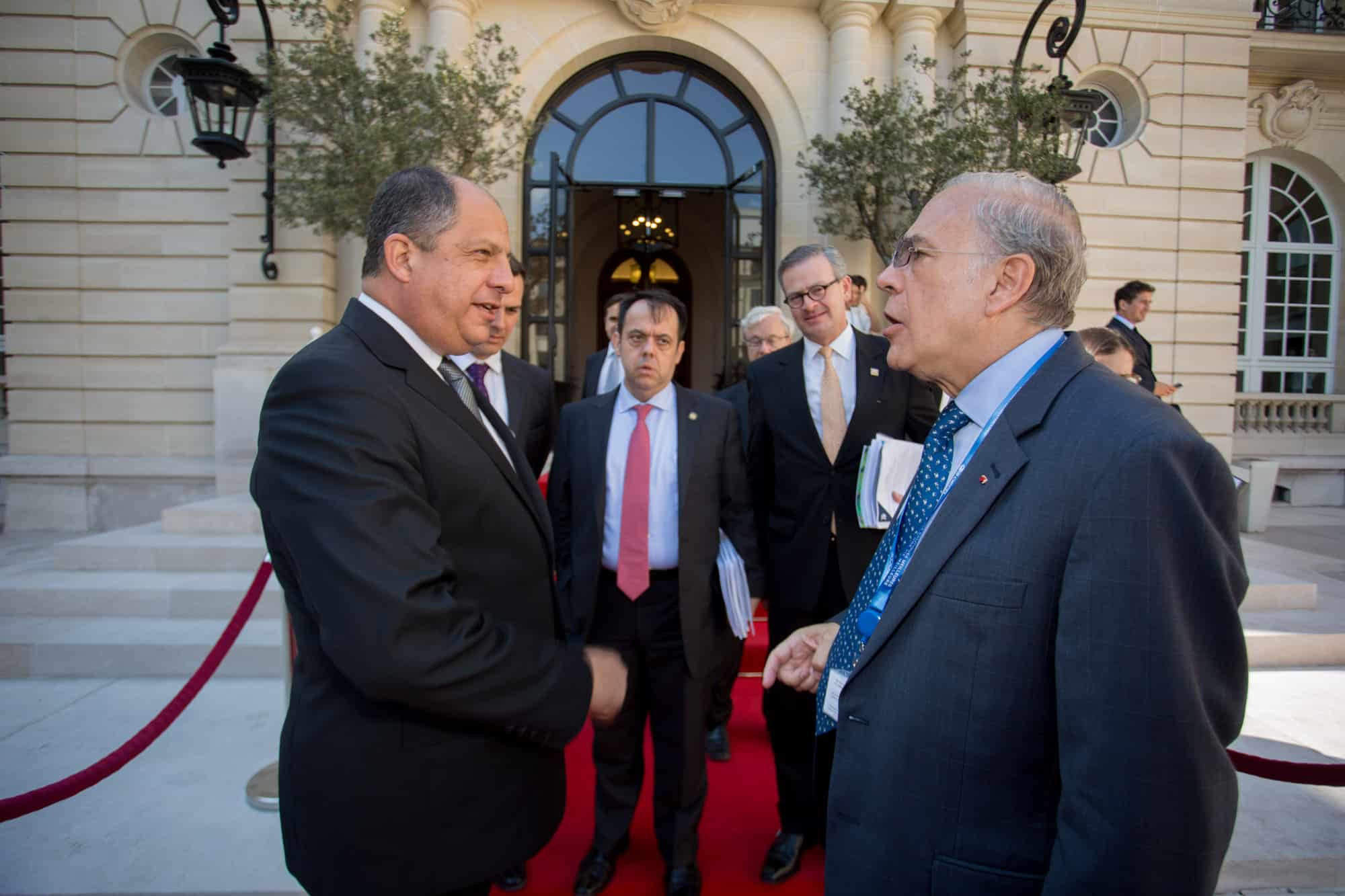 President Luis Guillermo Solís (left) and OECD Secretary-General Ángel Gurría (right) after a meeting in Paris on June 5, 2015.