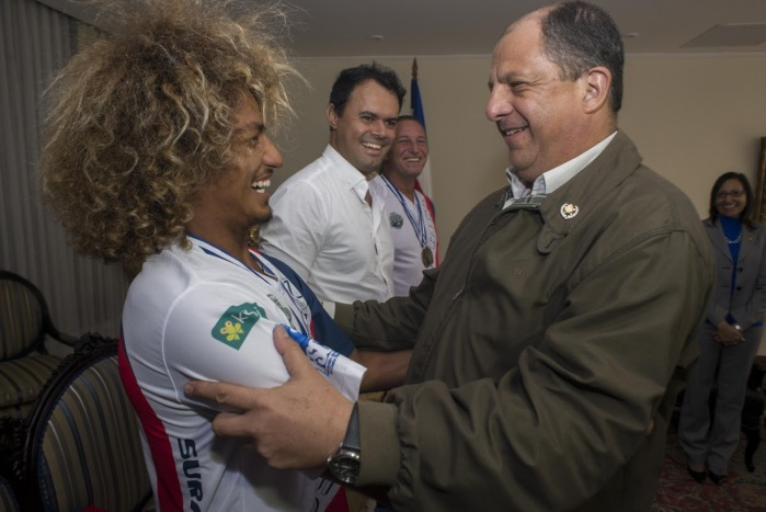 Cali Muñoz (left) and Carlos Brenes share a laugh with President Luis Guillermo Solís during a July 7 visit to Casa Presidencial.