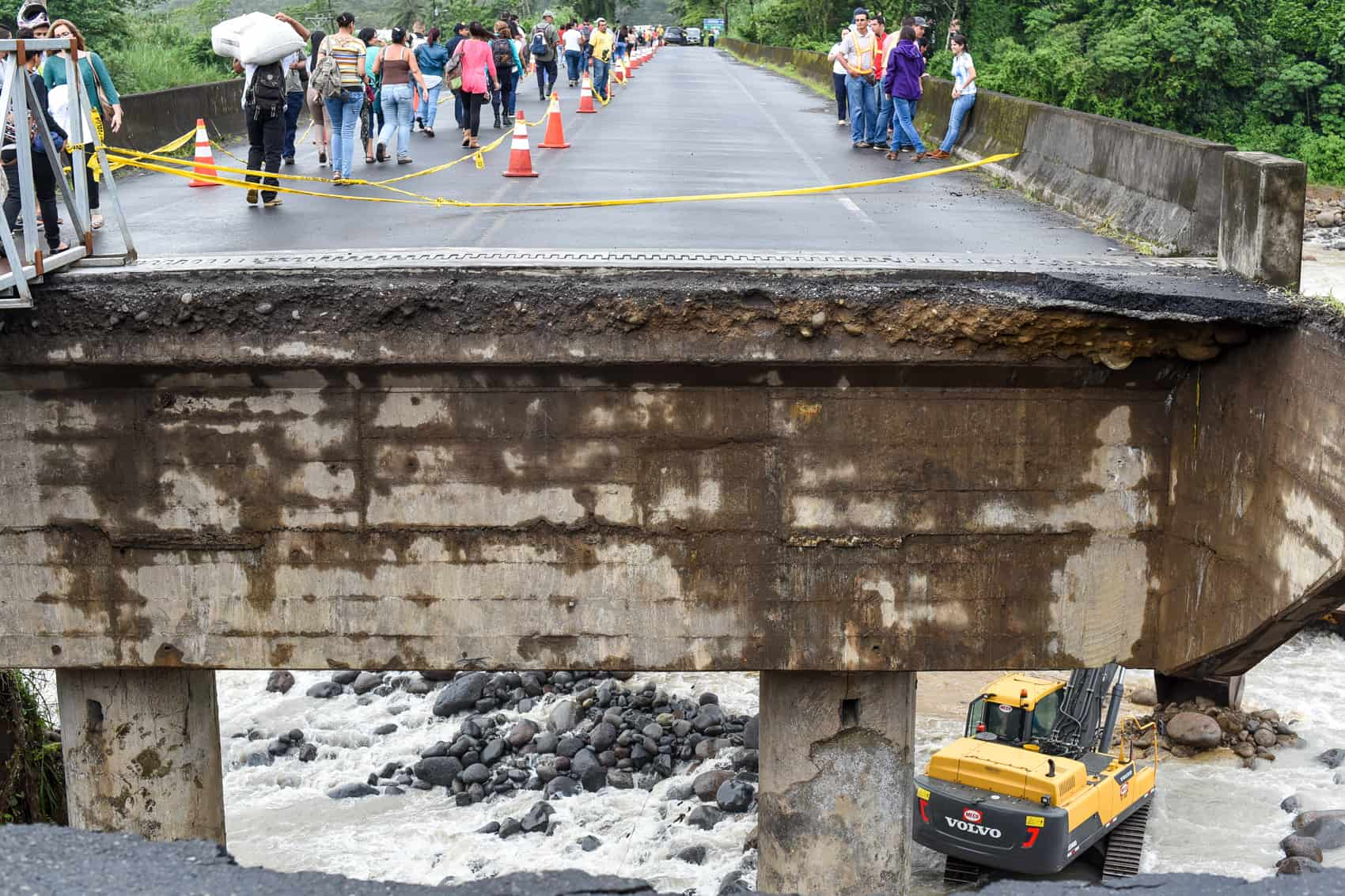 Part of the bridge over Río Sucio on the road to Sarapiquí in Guápiles, Limón was destroyed due to heavy rains and flooding last weekend.