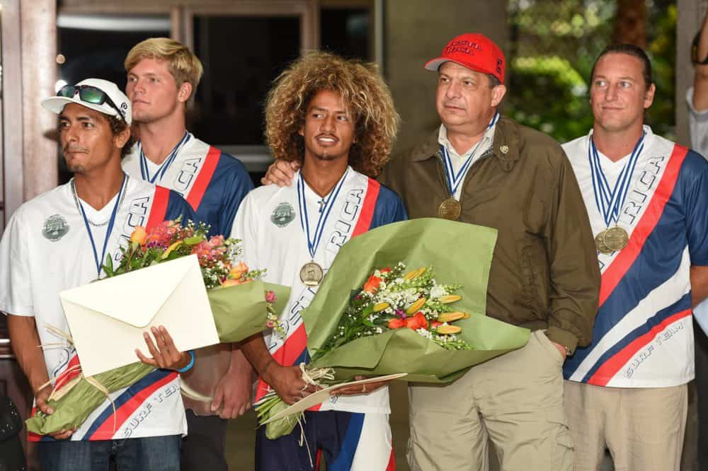 The Costa Rican government paid homage to the Costa Rican Surf Team at Casa Presidencial Tuesday July 07. Sufers Jason Torres, far left, Noe Mar McGonagle, Carlos Muñoz and team coach Wade Sharp shared a moment with president Luis Guillermo Solís. Not in the picture, Lisbeth Vindas, Leilani McGonagle and Anthony Fillingim also participated in the activity. The team won the overall gold medal in the International Surfing Association (ISA) 2015 World Surfing Games held at Playa Popoyo, Nicaragua in June. Noe Mar McGonagle won the masculine Open Division while her sister Leilani, was second in the feminine Open Division.