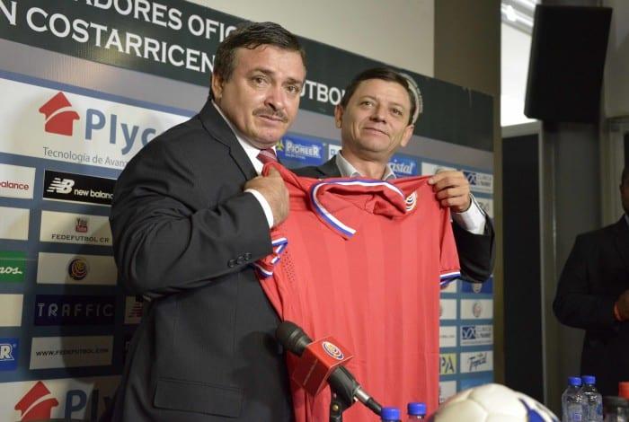 Óscar Ramírez (L) was introduced as the new head coach of Costa Rica's national team by FEDEFUTBOL's interim president Jorge Hidalgo on Tuesday, August 18, 2015.