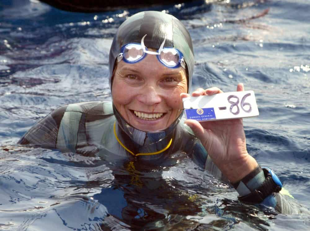 A file photo taken on Sept. 3, 2005 shows Russian Natalia Molchanova holding the minus 86 meters tag.