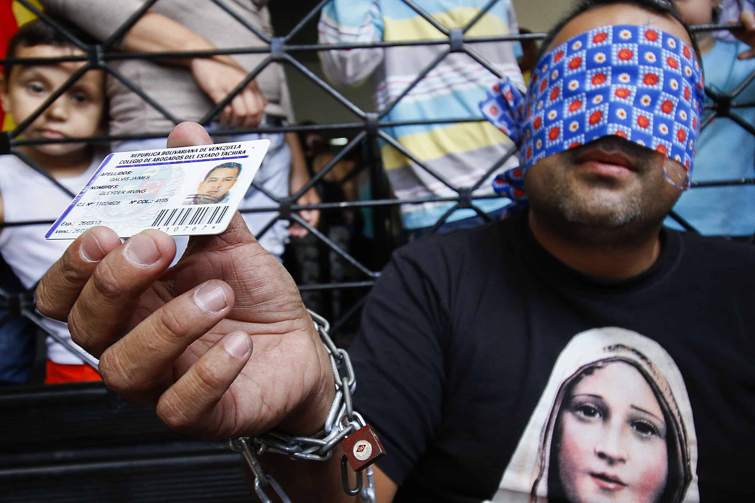 Venezuelan citizen Gleyder Irving Galvis Jaimes remains chained in front of the Colombia Immigration Office .