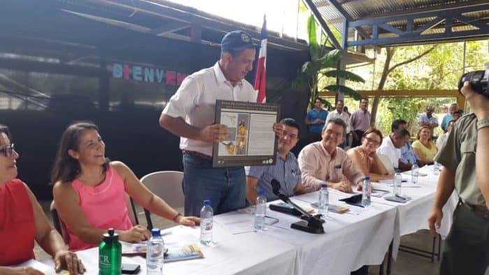 President Luis Guillermo Solís receives a plaque describing his namesake wasp species