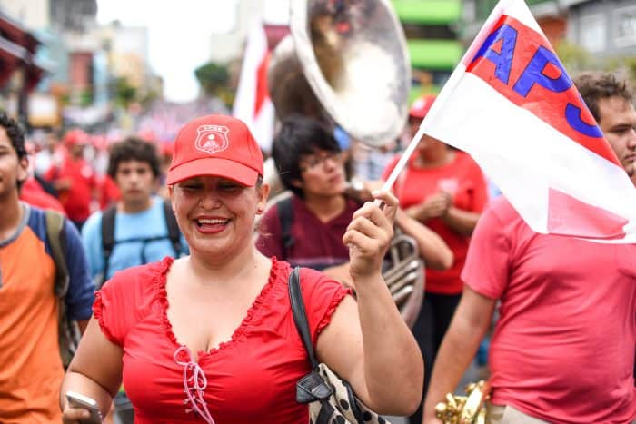 Members of the High School Teachers' Association (APSE) attend the public employee protest in Avenida Segunda, San José, August 20, 2015.