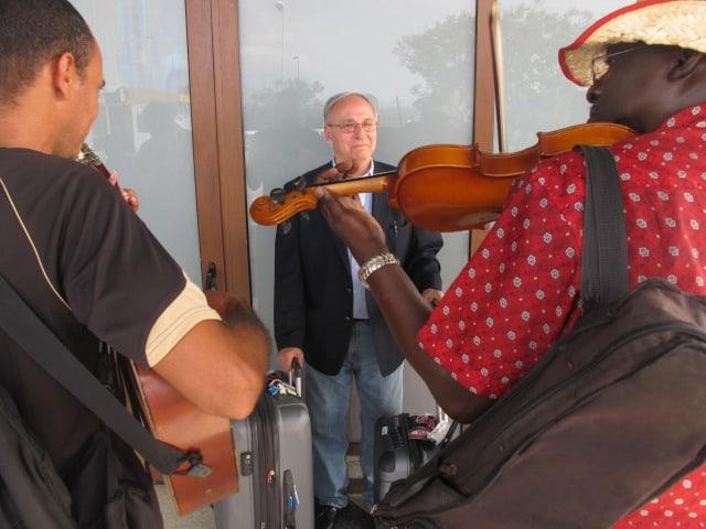 Emilio Cueto, a Cuban American, arrives in Cuba.