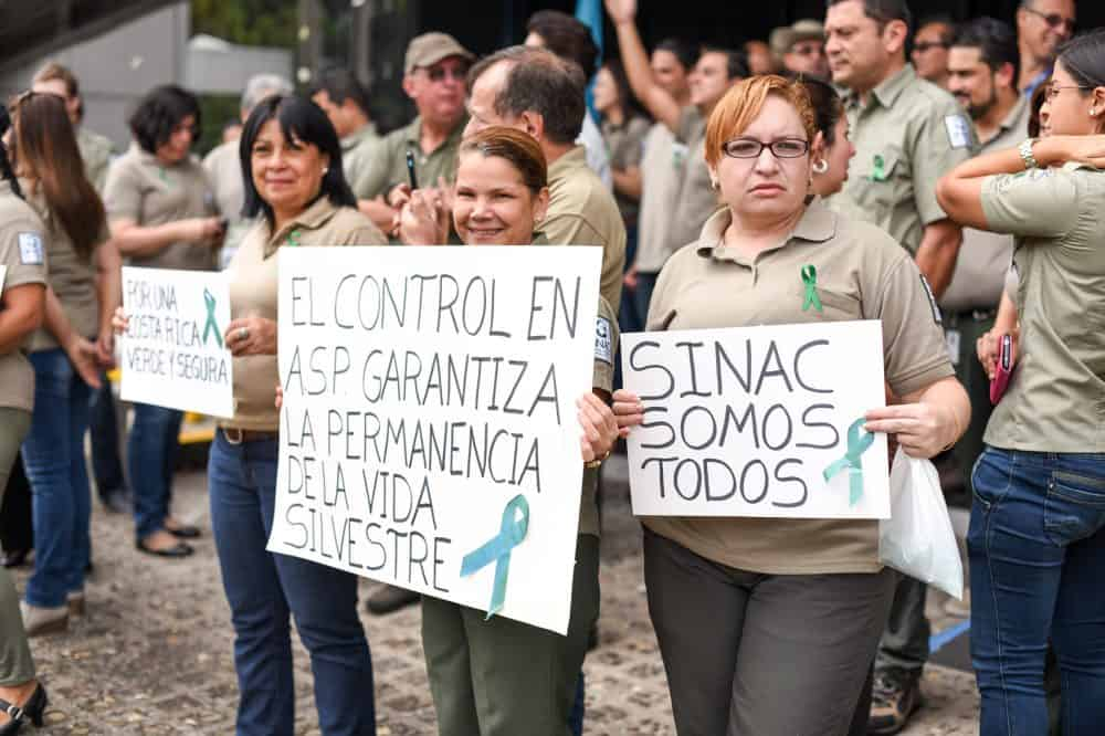 SINAC employees protest in front of the SINAC building in San José demanding better conditions for park rangers, Friday, September 04.