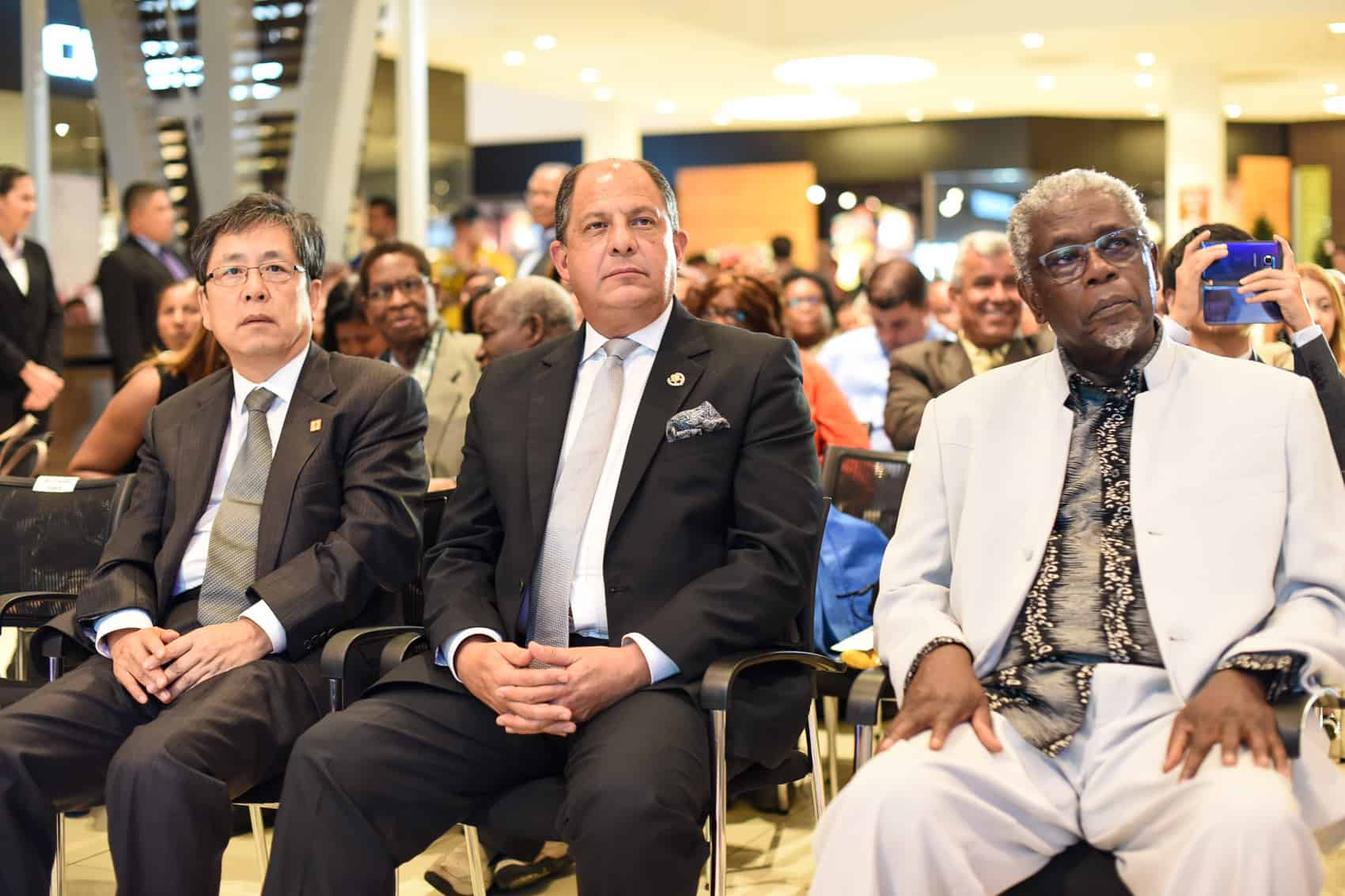 From left Chinese ambassador Song Yanbin, president Luis Guillermo Solis and first Afro-Costa Rican writer Quince Duncan at the Inauguration of the African Diaspora Festival at the Plaza Lincoln Mall in Moravia, October 22.