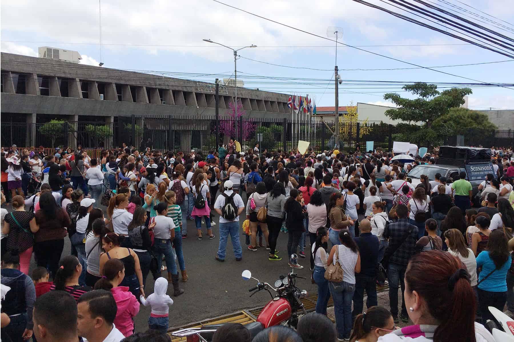 Cartago residents demonstrate at Casa Presidencial, Dec. 11 2015.