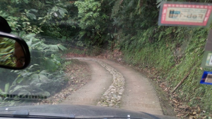 Steep downhill (paved!) on the way to Luna Lodge.