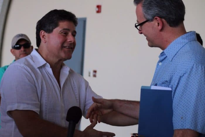 Mayor Felix Roque shakes hands with Foreign Minister Manuel González