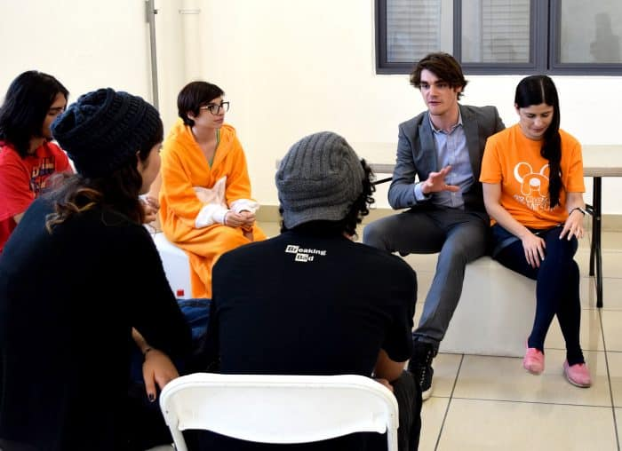 RJ Mitte talks to his fans at the Meet and Greet about his life, what he likes to do and his experience with Breaking Bad. Amanda Zúñiga/The Tico Times