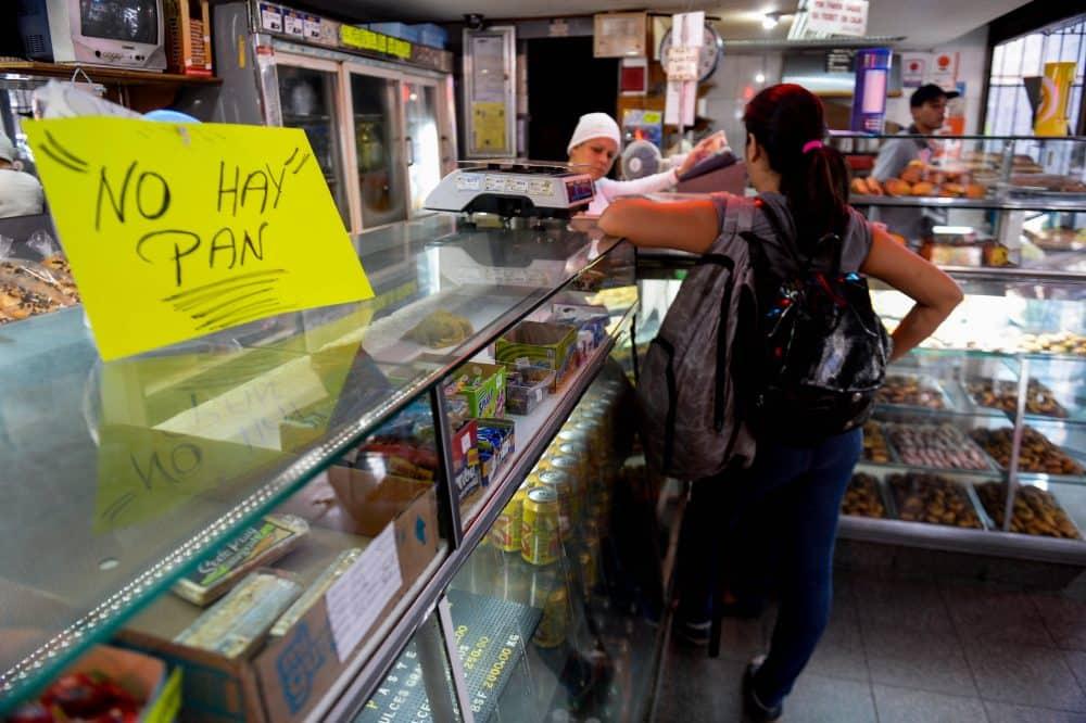 """Venezuela bakery with """"No bread"""" sign"""