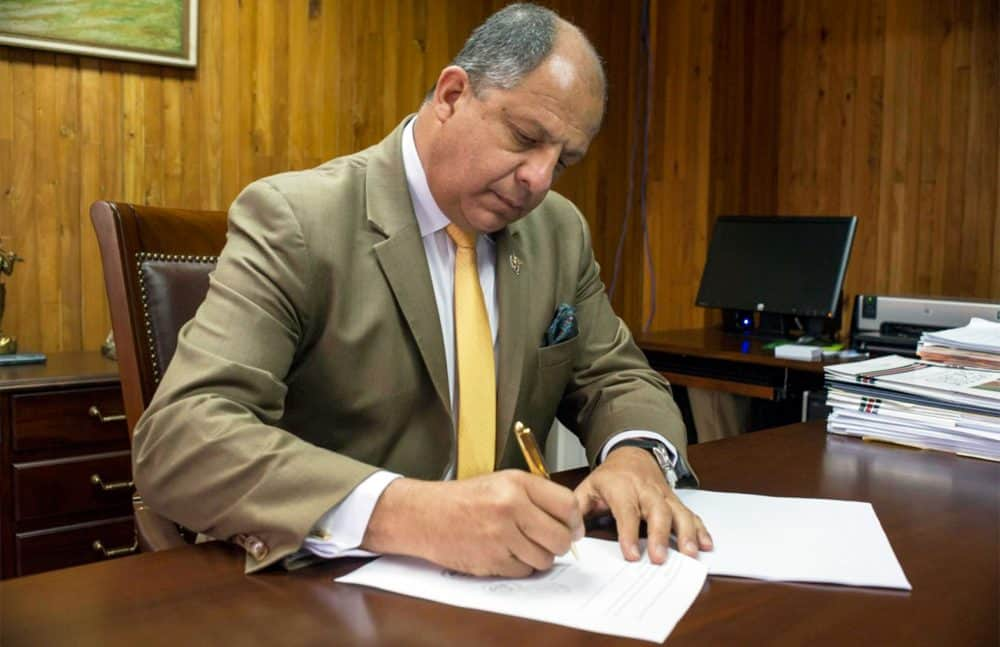 President Luis Guillermo Solís signs IVF decree. Sept. 10, 2015.
