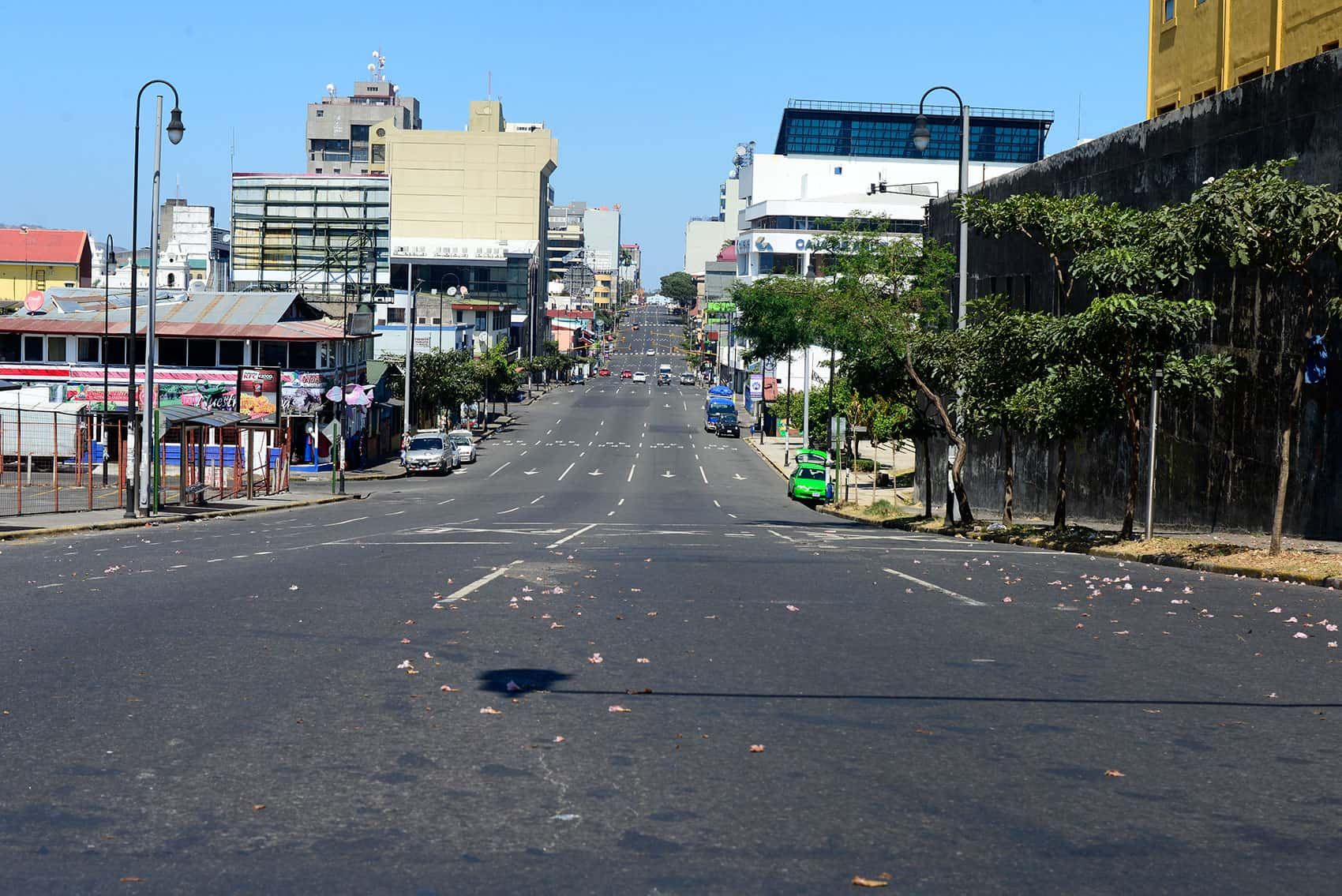Avenida segunda free of cars on Good Friday.