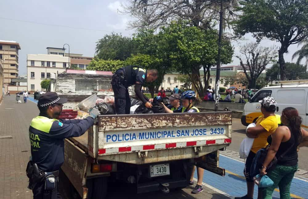 Municipal Police confiscates street vendor's goods. May 3, 2016.