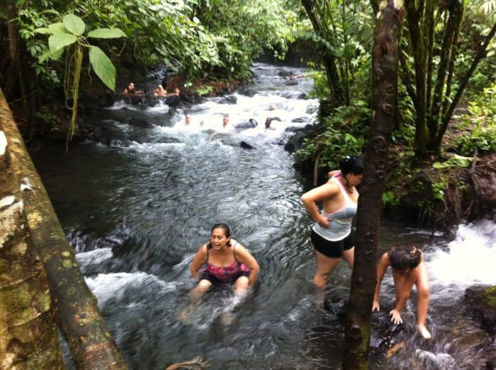 Visitors soak in the hot, free Rí'o Choll'ín.