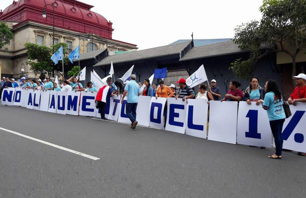 Workers' unions demonstration in front of the Caja in San José. June 1, 2017.