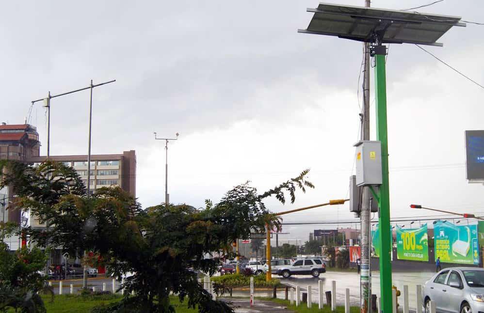 Solar-powered traffic lights in San José.