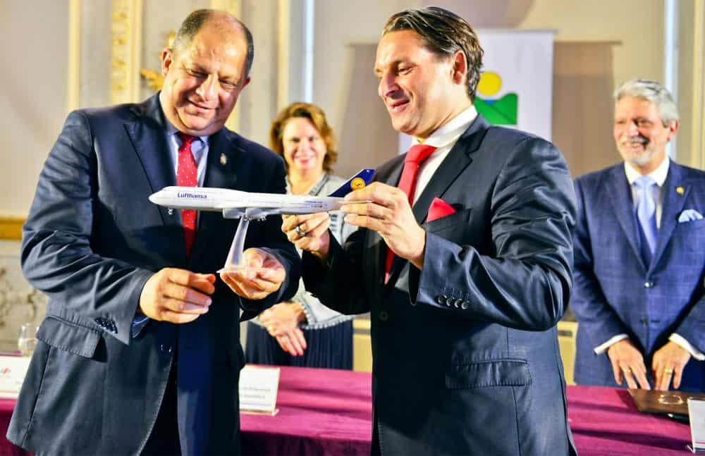 President Luis Guillermo Solís and Lufthansa's Sales VP, Americas Tamur Goudarzi-Pour