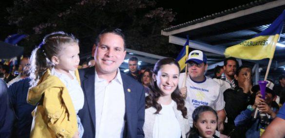 Fabricio Alvarado, his wife, Laura Moscoa, and their daughers approach the stage on Paseo Colón, San José, Costa Rica.