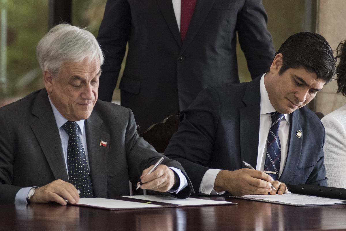 Chilean President Sebastian Piñera (L) and Costa Rican President Carlos Alvarado sign bilateral agreements at the presidential house in San Jose, July 9, 2018.